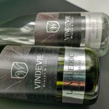 Samolepiace etikety na víno s horúcou razbou a 3D lakom