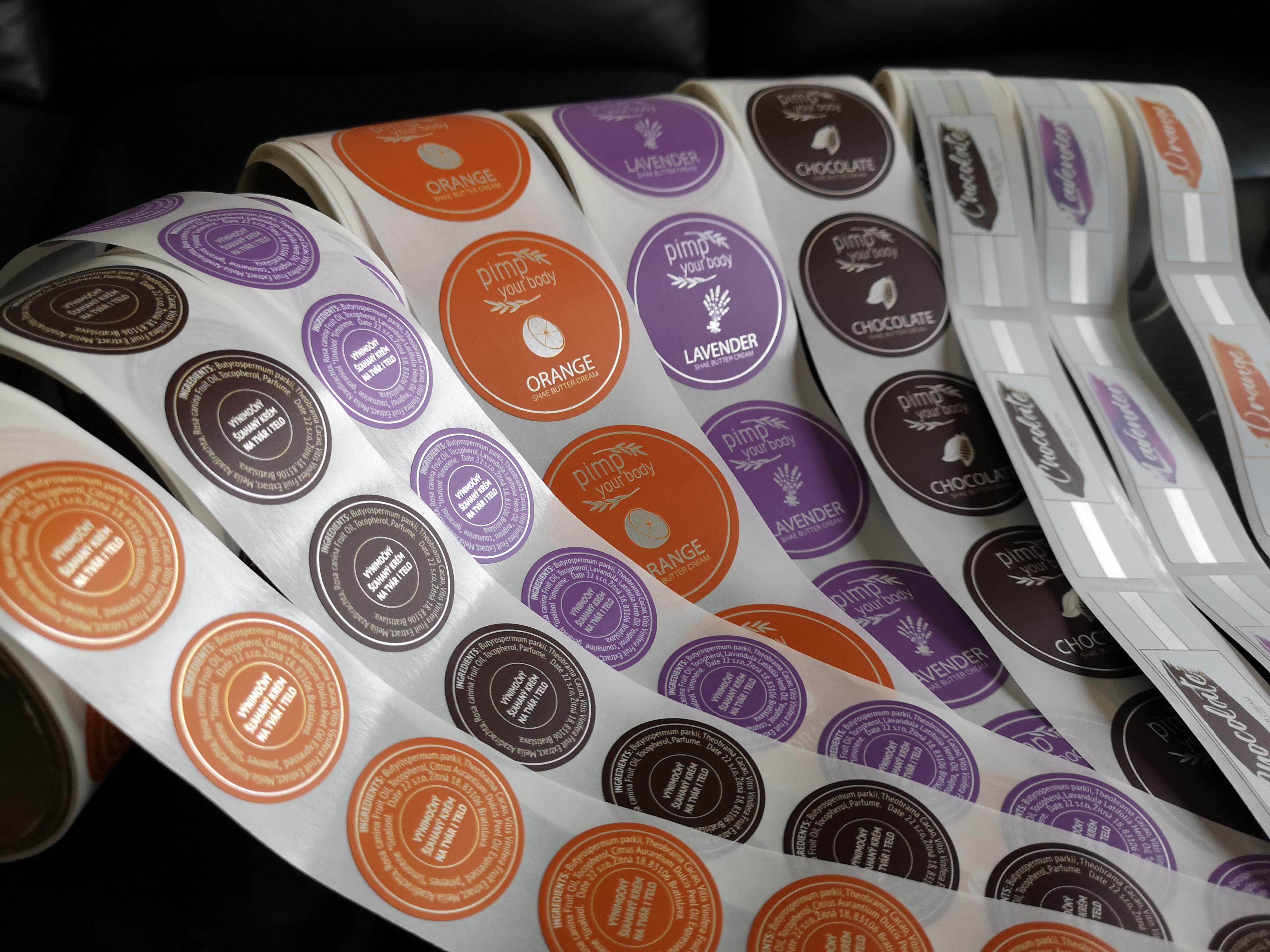 03630e5a5 Samolepiace etikety na striebornom materiále s matnou lamináciou